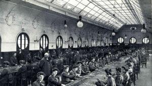 Große Halle, in der Hunderte von Telefonistinnen sitzen, 1906