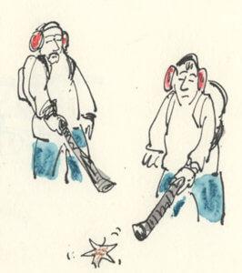 Zwei Männer mit Laubbläser in Schritthöhe