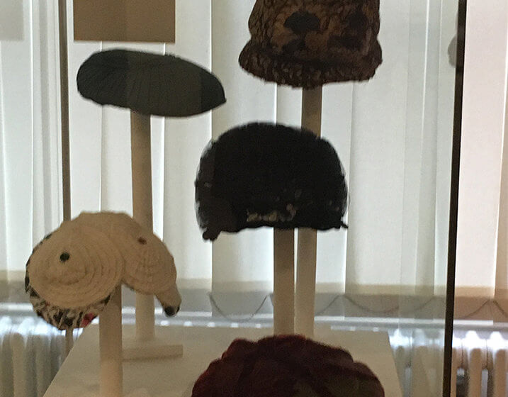 Fünf Hüte in einer Vitrine des Braunschweigischen Landesmuseums